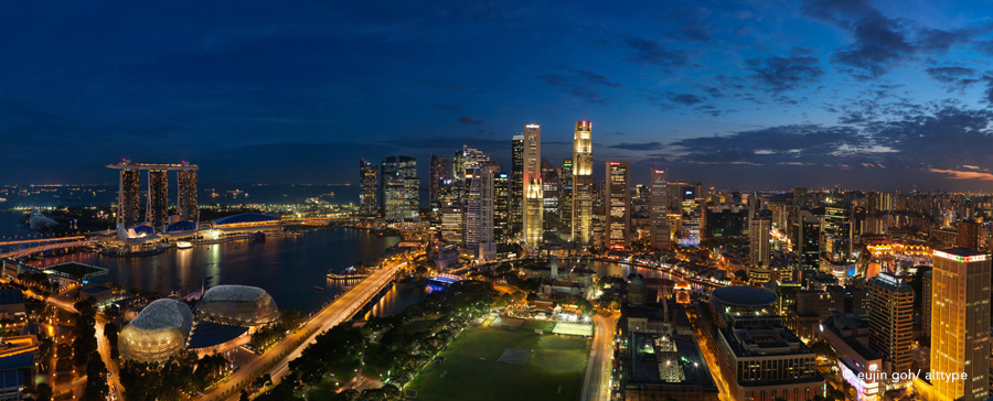 Panoramic view of Singapore skyline -  Marina Bay and the Financial Centre (CBD) in the evening. © Eujin Goh/alt.TYPE